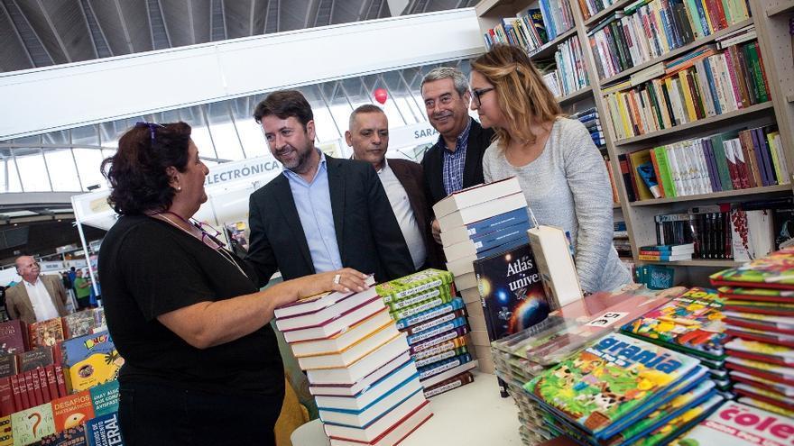 Carlos Alonso y otras autoridades visitan uno de los expositores de Exposaldo.