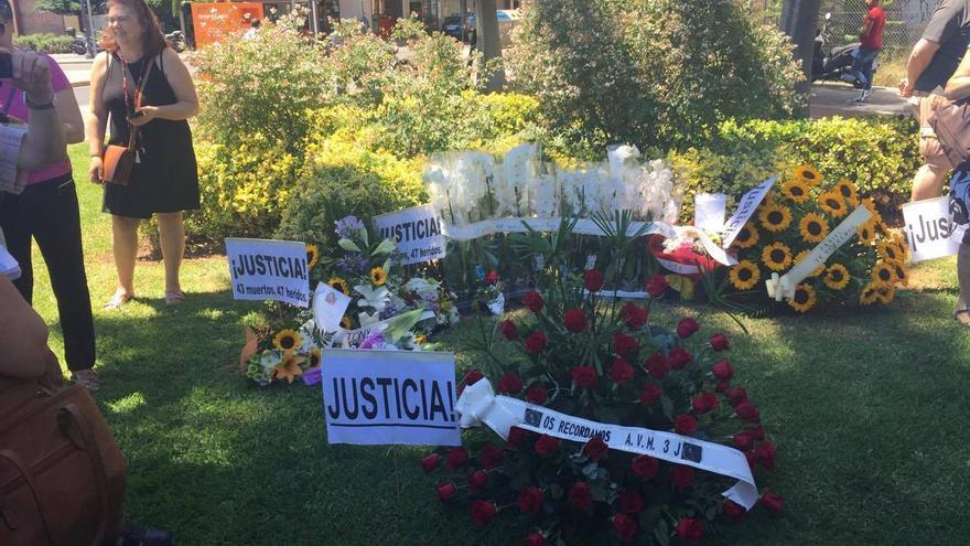 Flores en memoria de las víctimas del accidente de metro de València
