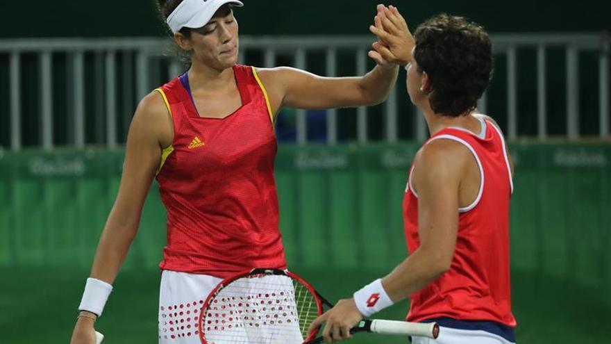 Las tenistas españolas Garbiñe Muguruza (i) y Carla Suárez en acción ante el dúo belga Kristen Flipkens y Yanina Wickmayer  en los dobles femeninos de tenis en el Centro Olímpico de Tenis en el marco de los Juegos Olímpicos Río 2016 en Río de Janeiro (Brasil). EFE/FERNANDO MAIA