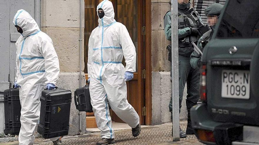 Agentes del Servicio de Criminalística de la Guardia Civil durante una operación antiterrorista