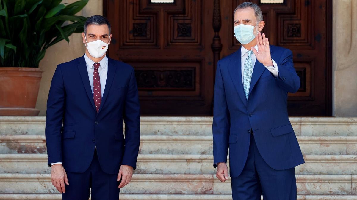 El rey Felipe VI y el presidente del Gobierno, Pedro Sánchez, en Mallorca. EFE/Ballesteros