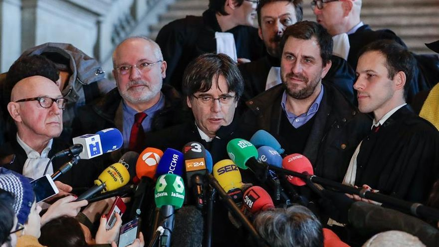 Brussels (Belgium), 16/12/2019.- Former Catalan leader Carles Puigdemont (C), flanked by lawyer Paul Bekaert (L), former Catalan minister of culture Lluis Puig Gord (2-L) and dismissed Catalan regional Minister of Health Antoni Comin (2-R), speaks to journalists at the end of a hearing at the Justice Court in Brussels, Belgium, 16 December 2019. A Belgian court is examining the European arrest warrant against Catalonia's former leader Puigdemont, two years after the independence referendum. (Bélgica, Bruselas)