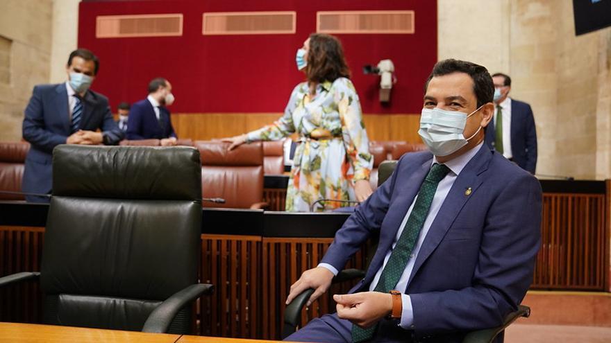 El presidente del Gobierno andaluz, Juanma Moreno, aguarda su turno en el Parlamento, durante la sesión de control.