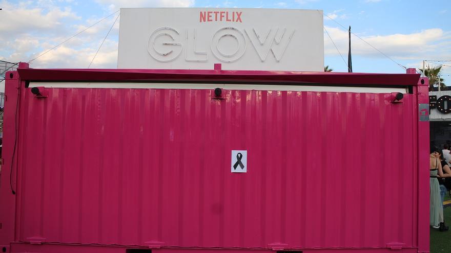 La caseta de Netflix que patrocinaba la serie 'Glow', cerrada en memoria del fallecimiento del bailarín