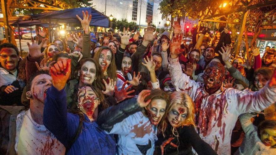 """Unos 200 """"zombis"""" llenan las calles de Badajoz para dinamizar el comercio"""
