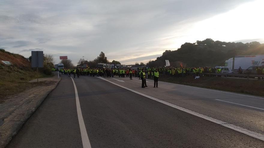 Un grupo de unas 600 personas mantiene cortada la A-4 en ambos sentidos entre Santa Elena (Jaén) y La Carolina (Jaén)