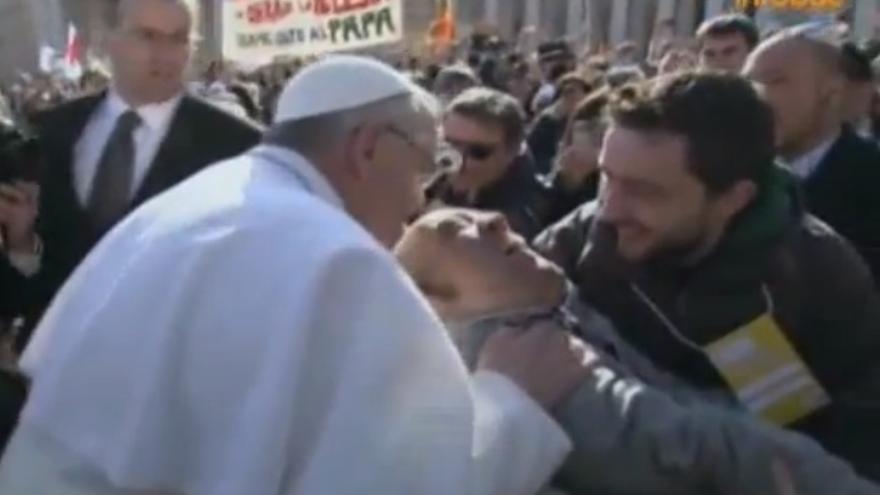 El Papa Francisco besa a un retrón