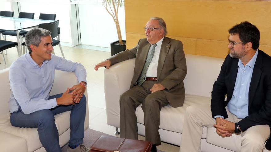 El vicepresidente Pablo Zuloaga y el de Unate, Modesto Chato de los Bueys. | GOBIERNO DE CANTABRIA