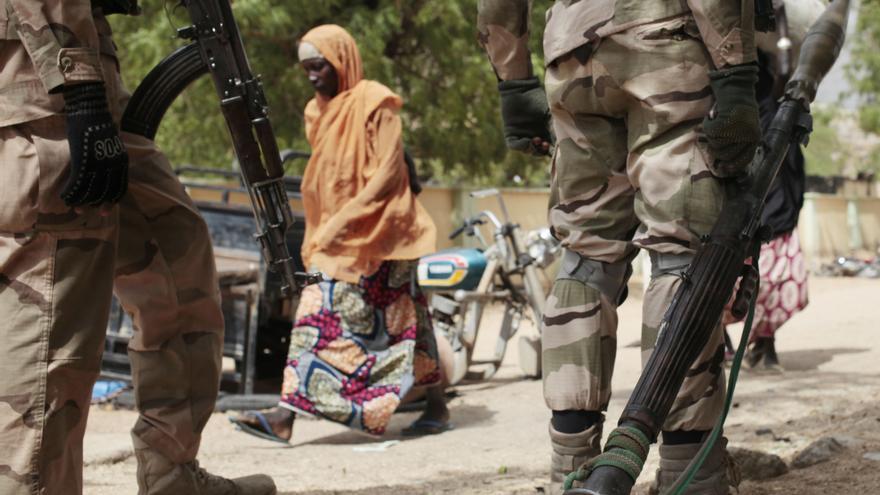 Una mujer pasa delante de un puesto de control en Gwoza, Nigeria © AP Photo/Lekan Oyekanmi, File