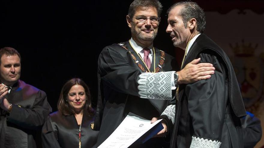 El ministro de Justicia recibe la Medalla de Honor del Colegio de Abogados