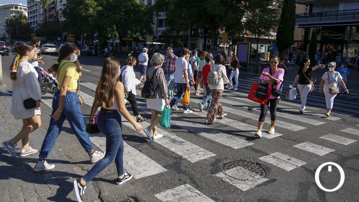Cordobeses cruzan un paso de peatones en la capital