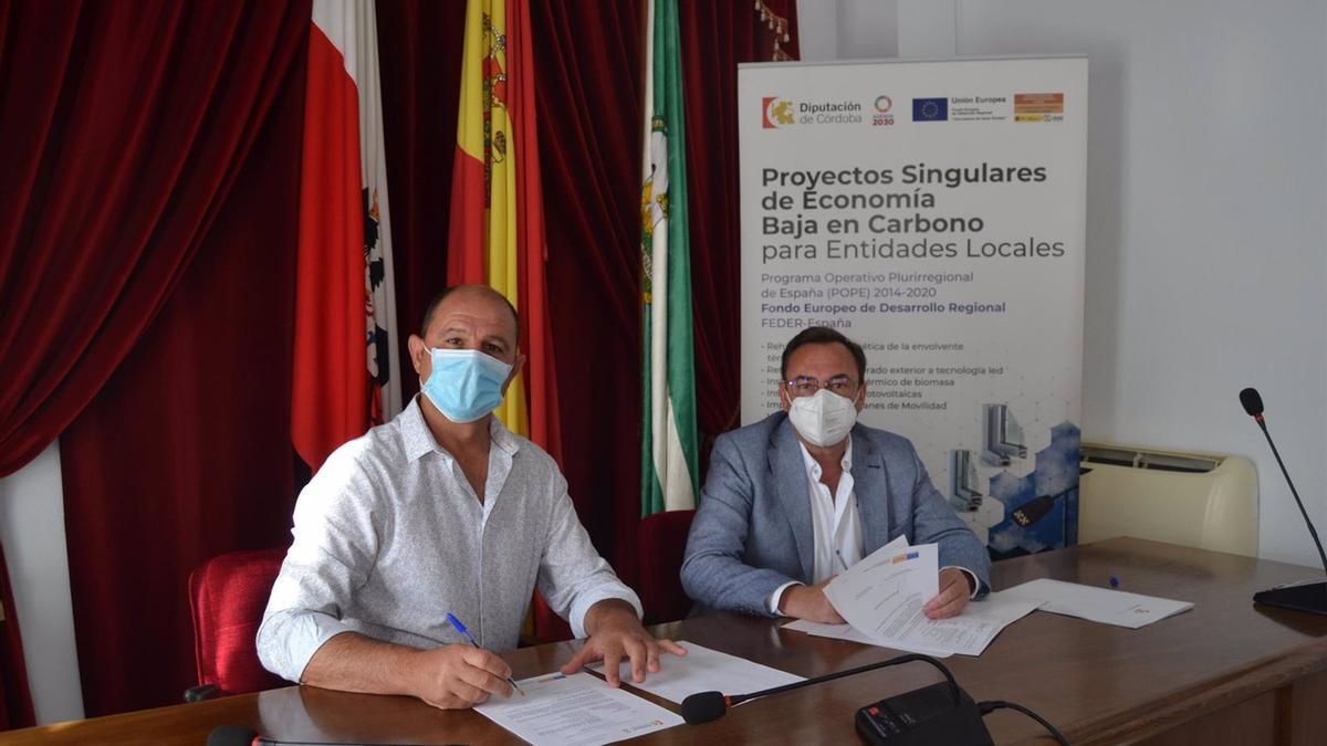 El delegado de Medio Natural y Carreteras de la institución provincial, Francisco Palomares (dcha.), junto al alcalde de Montalbán, Miguel Ruz.
