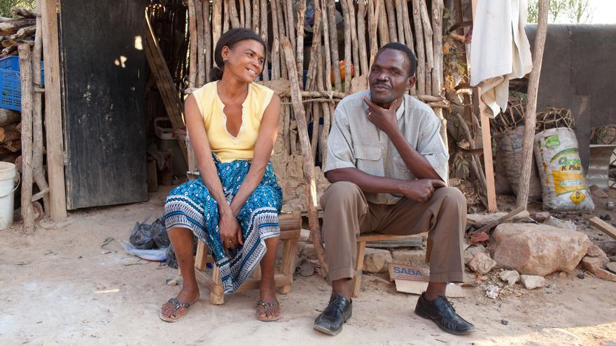 Carmen Jose-Panti tiene 33 años. Vive junto a su marido Victorino y dos niños en Tete, un municipio a orillas del río Zamberi, en el norte de Mozambique. Supo que era VIH-positiva en 2007 y comenzó el tratamiento antirretroviral en 2009. Fotografía: Brendan Bannon