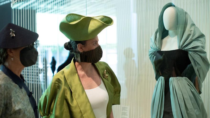 Los sombreros y los tocados únicos de Balenciaga vuelven a tener vigencia