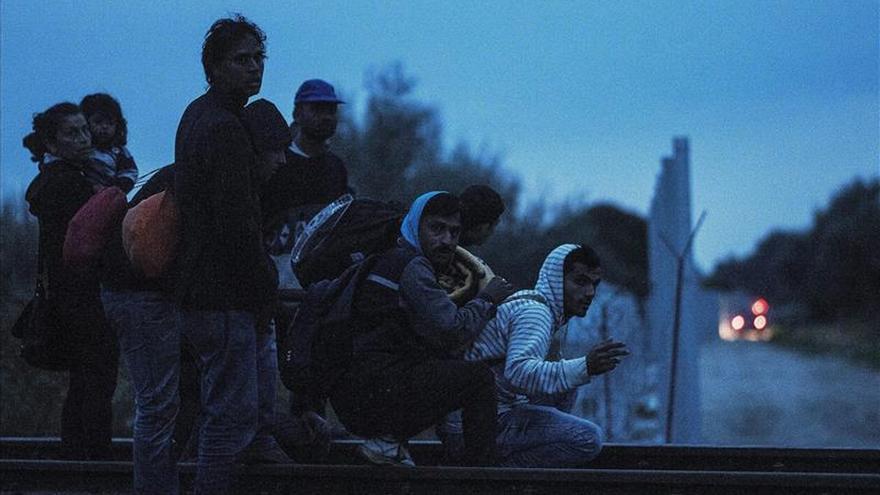 Migrantes se preparan para entrar en Hungría desde Serbia, en la madrugada de hoy, 10 de septiembre de 2015, en el pueblo de Roszke, a unos 180 kilómnetros de Budapest, Hungría. / Efe.