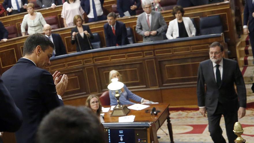 Rajoy se acerca a felicitar a Sánchez tras la votación de la moción de censura.