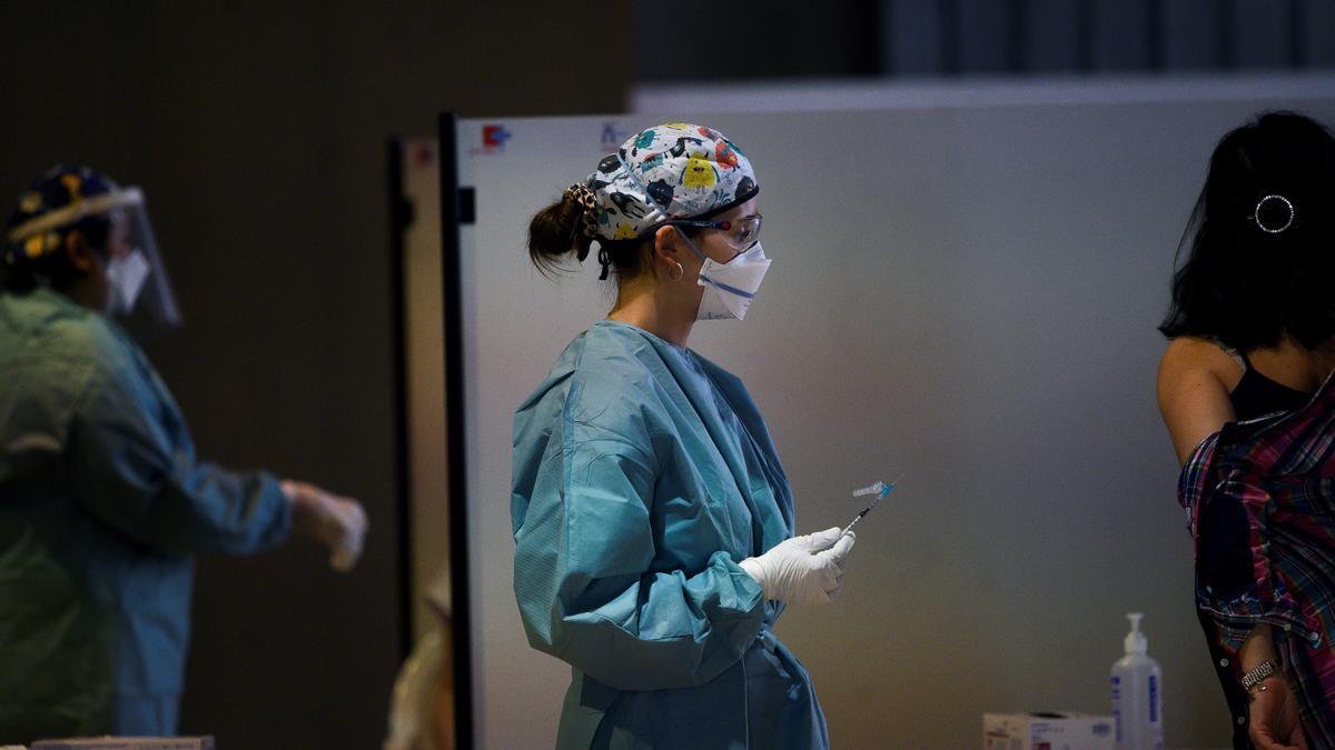 Personal sanitario en Santander durante la primera vacunación masiva de Cantabria.