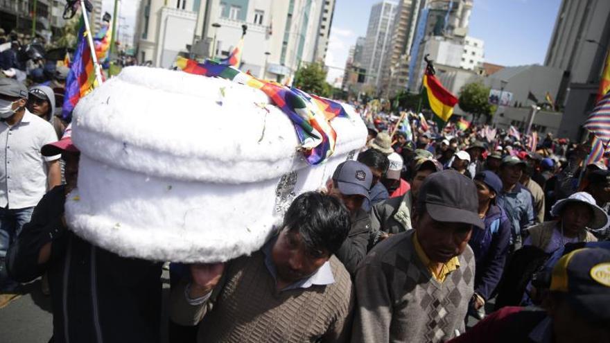 Dispersan con gases una marcha con ferétros de fallecidos en un operativo en Bolivia