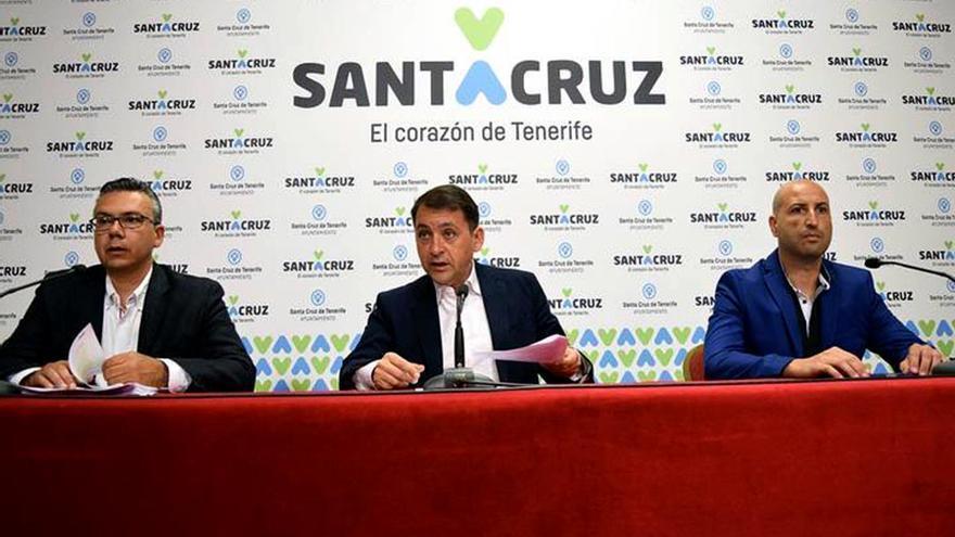 Foto de archivo del concejal de Servicios, Dámaso Arteaga; el alcalde, José Manuel Bermúdez, y el director general de Servicios Públicos, Juan Domingo Arteaga, durante una rueda de prensa.