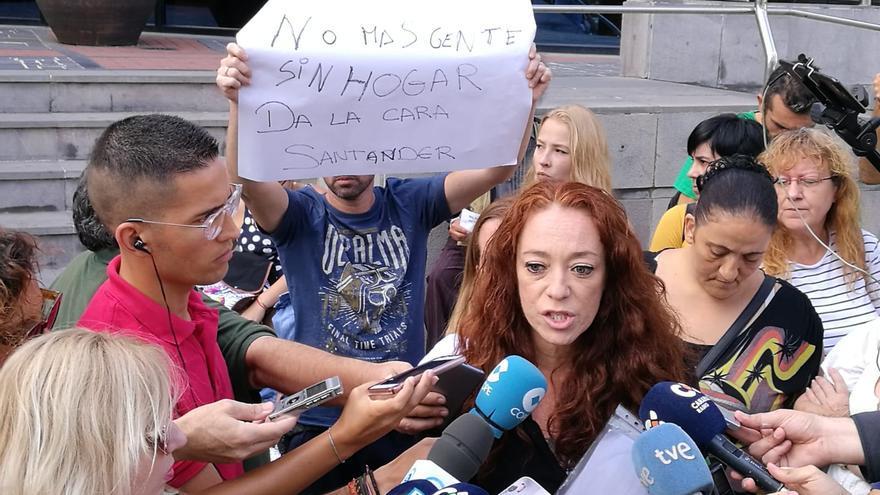 Inma Évora, en un contacto con los medios tras hacer la petición a la Fiscalía