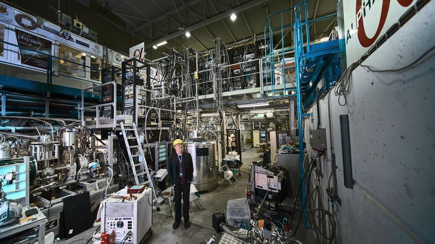 Jeffrey Hangst, portavoz del experimento ALPHA, junto al experimento.
