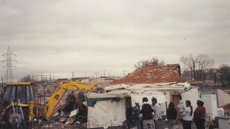 Demolición de viviendas construidas por los propios vecinos décadas atrás en el Barrio de San Francisco (conocido también como Pozo del Huevo). Imagen: ATD Cuarto Mundo.