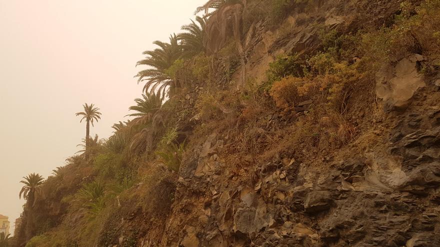 Imagen de Santa Cruz de La Palma con calima este domingo, de febrero, a las 17.50 horas .