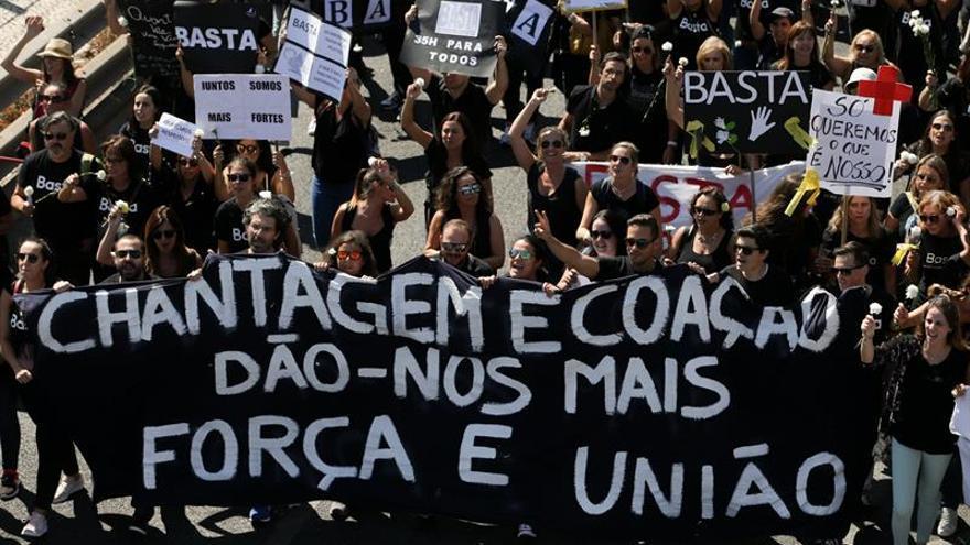 Los enfermeros lusos acaban la huelga de 5 días con una protesta ante el Parlamento
