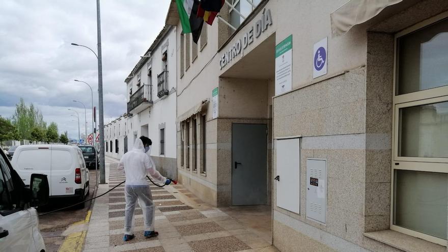 Un operario desinfecta una calle de Calamonte (Badajoz). Foto de archivo