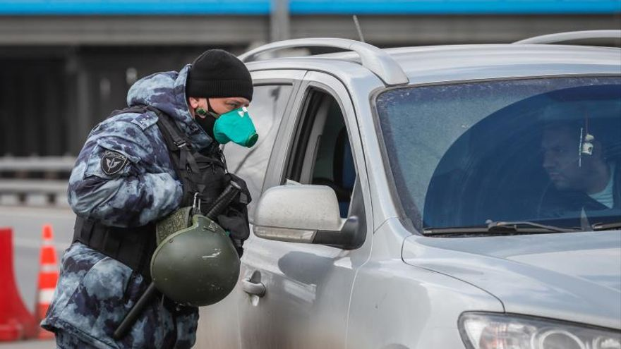 Un policía ruso pedía la documentación a un conductor en Moscú, la semana pasada.
