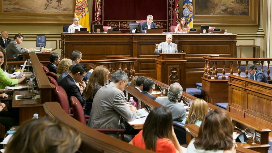 Casimiro Curbelo en la tribuna del Parlamento de Canarias