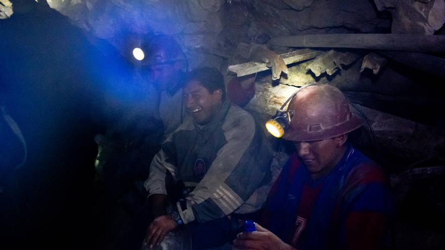 Los mineros descansan mientras esperan a que los explosivos arranquen toneladas de rocas de la mina. VIAJAR AHORA