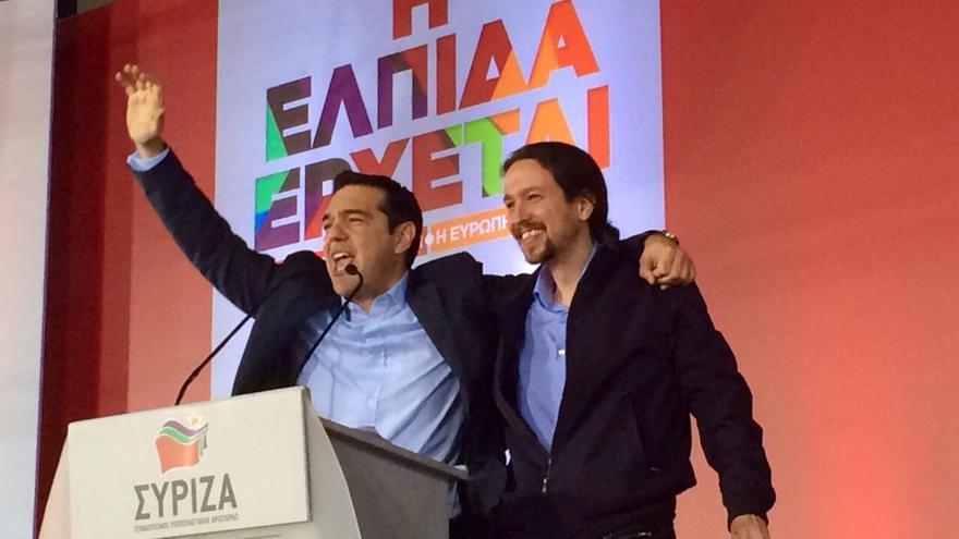 El líder de Syriza, Alexis Tsipras, y el secretario general de Podemos, Pablo Iglesias, en el escenario del mitin central de Syriza en Atenas, el 22 de enero de 2015.