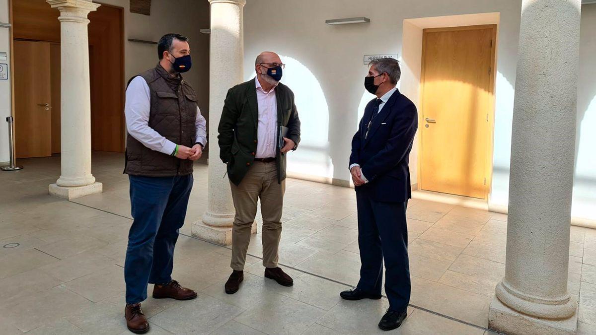 Saco y Hernández (izquierda) visitan el Palacio de Congresos de Córdoba.