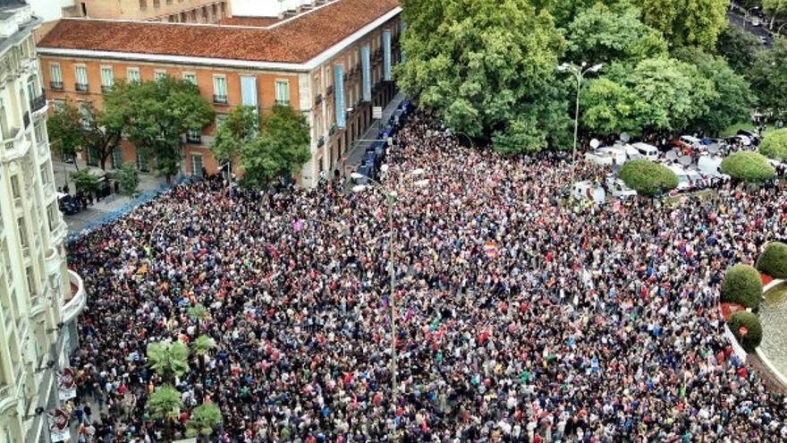 Miles de personas ante el cordón policial en las cercanías del Congreso.
