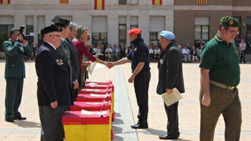 Imagen de Llanos de Luna saludando a un representante de la Hermandad de Combatientes de la División Azul. (La Directa)