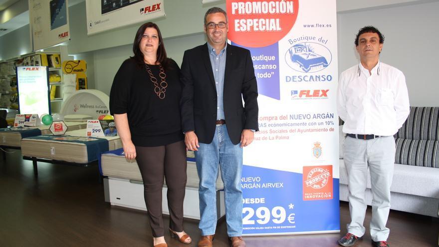 El primer teniente alcalde, Sergio Matos (centro), y la concejal de Bienestar Social, Gazmira Rodríguez, con el representante de 'La boutique del descanso'.
