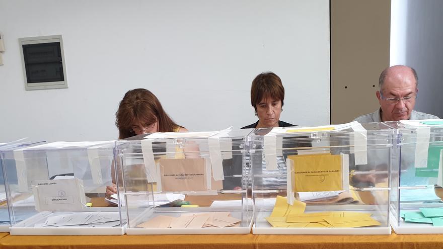 Mesa electoral situada en la Oficina Técnica del Ayuntamiento de Santa Cruz de La Palma.