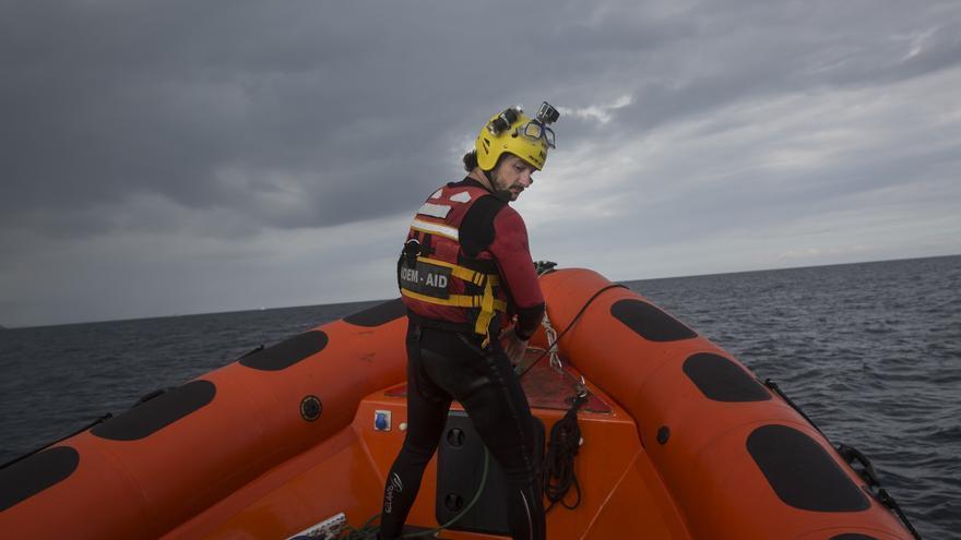 Un bombero voluntario de la organización Maydayterraneo, navega en aguas del Mediterráneo central frente a las costas libias, durante la búsqueda del cadáver de una persona.