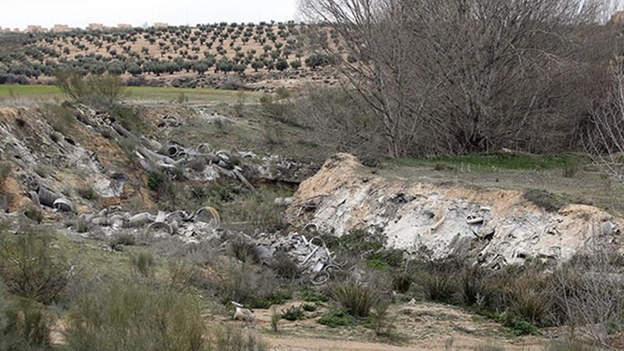Restos de amianto en el barrio toledano de Santa María de Benquerencia, a pocos metros de las viviendas