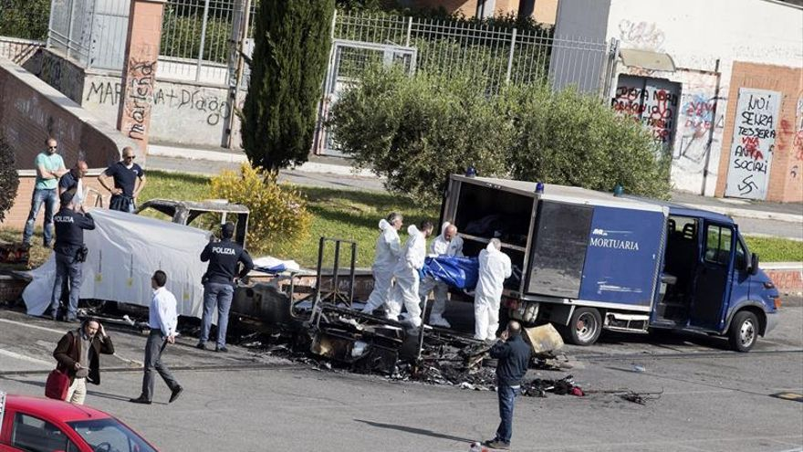 Forenses retiran el cadáver de una víctima después de que su caravana se incendiase en el barrio de Centocelle, en Roma (Italia).
