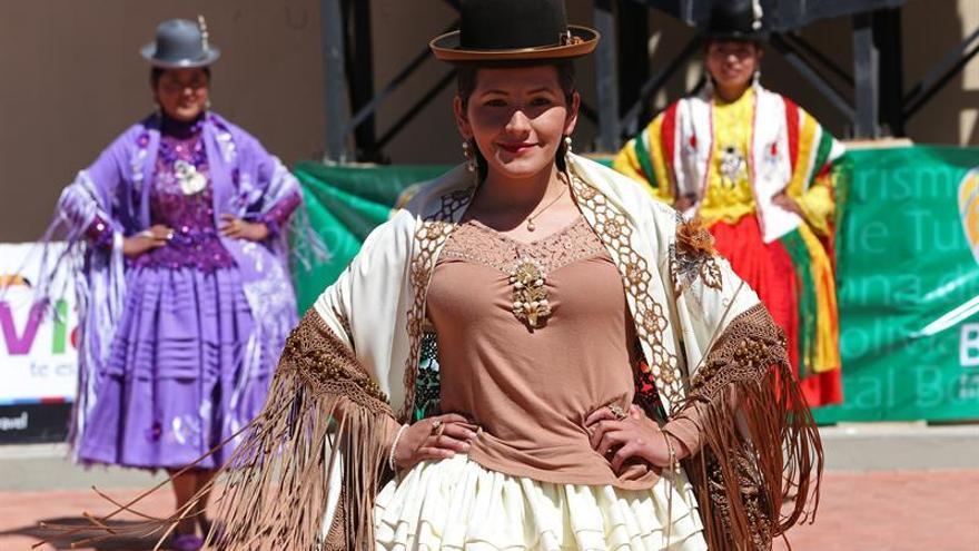"""Elegancia y fortaleza en un desfile de """"cholitas"""" en el pueblo natal de Evo Morales"""