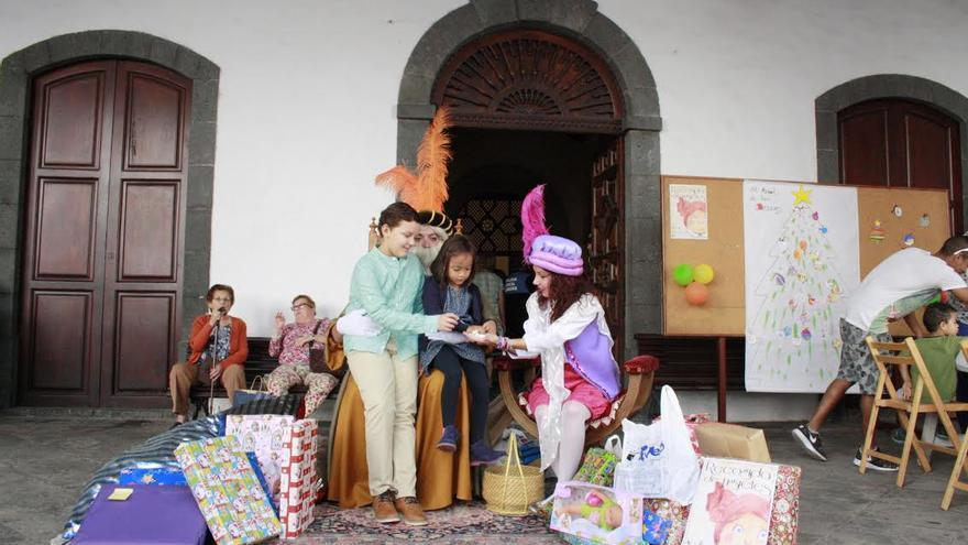 El enviado de sus majestades de Oriente, Melchor, Gaspar y Baltasar, este lunes en el atrio del Ayuntamiento, recogiendo juguetes.