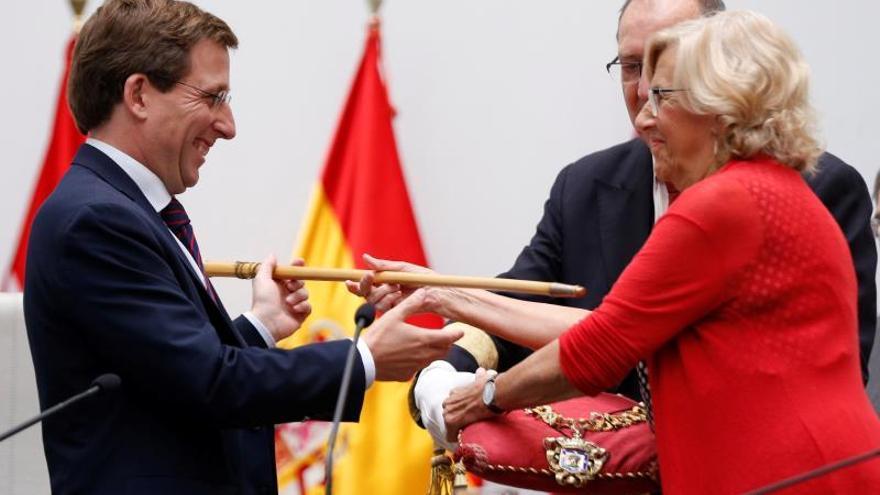 La alcaldesa en funciones del Ayuntamiento de Madrid, Manuela Carmena entrega el bastón de mando al cabeza de lista del PP al Ayuntamiento de la capital de España, José Luis Martínez-Almeida