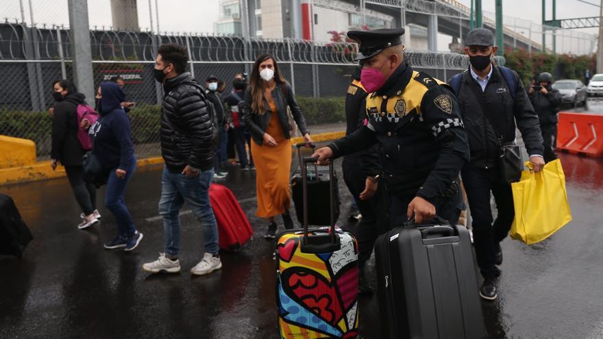 Familiares de niños con cáncer y simpatizantes bloquean aeropuerto en México