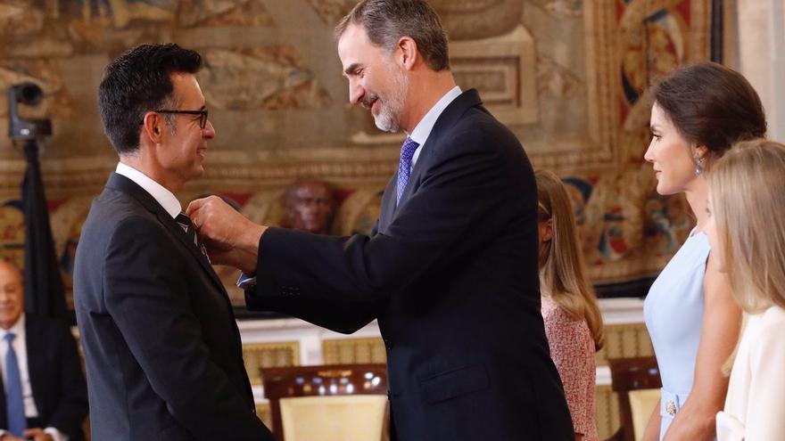 Albano de Alonso, este lunes, recibiendo de manos del Rey Felipe VI la Cruz al Mérito Civil.
