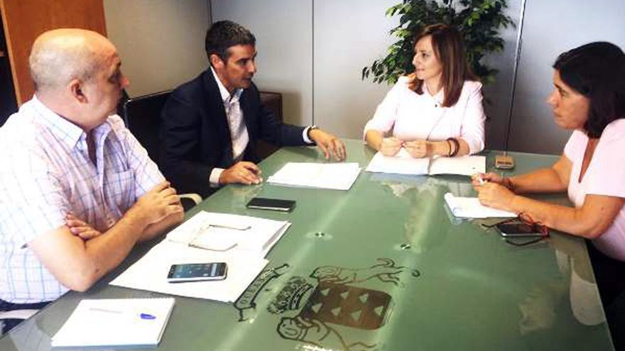 De Izquierda a derecha, Juan Ramón Felipe, director general de Aguas; Narvay Quintero, consejero de Agricultura, Ganadería, Pesca y Aguas del Gobierno de Canarias; Nieves Lady Barreto, consejera de Política Territorial, y Blanca  Pérez, viceconsejera de Medio Ambiente.