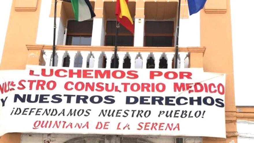 este cartel, instalado en la fachada del pueblo, ha tenido que ser retirado tras una denuncia del PP ante Junta Electoral