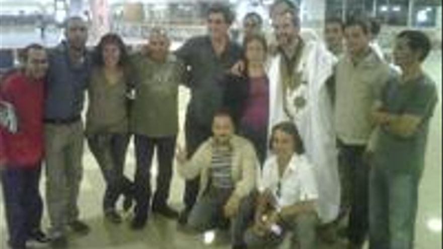 Guillermo Toledo, luciendo el daraá que le regalaron, junto a Teresita Morales y otras personas.
