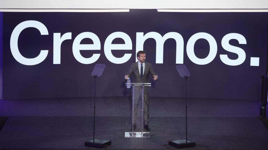 El líder del PP, Pablo Casado, interviene en una rueda de prensa para explicar los detalles de la próxima Convención Nacional de la formación, a 14 de junio de 2021, en el Palacio de Neptuno, Madrid, (España).